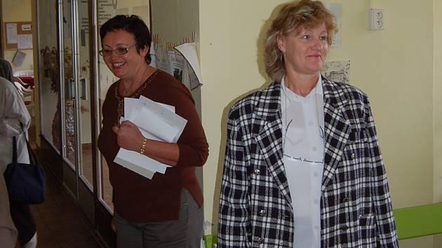 Zájemce o prohlídku provázela i ředitelka Domova důchodců Dagmar Křížová (vlevo). Podle jejích slov byl počet návštěvníků Dne otevřených dveří optimální pro klid a soukromí klientů.
