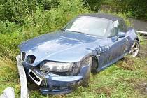 BMW ve svodidlech.