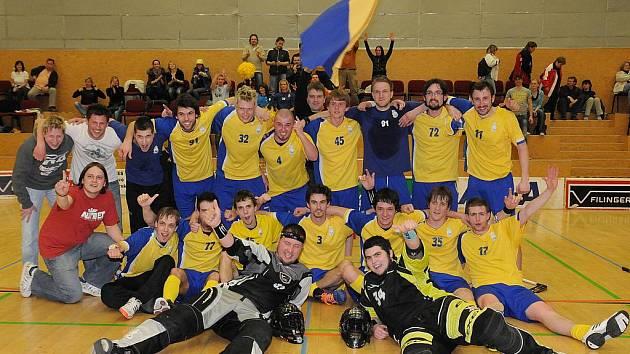 TÝM FBK Campus Jablonec postoupil pod vedením trenérky Lenky Bartošové, po 2. vítězném utkání nad týmem FBC Štíři České Budějovice, do druhé nejvyšší soutěže ve florbale 1.ligy.