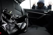 Krádež ve vozidle. Ilustrační snímek.