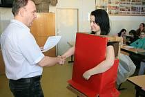 Studenti čtvrtého ročníku Střední uměleckoprůmyslové školy v Jablocni si převzali vysvědčení.