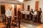 Jablonečtí Vrabci natáčeli vánoční desku ve velkém studiu s Janem Smigmatorem.