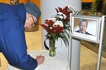 Mezi prvními se do kondlenční knihy na Krajském úřadě LK podepsal osmaosmdesátiletý Jaroslav Šír, účastník olympiády ve Sv. Moříci v roce 1948.