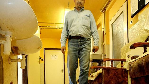 Město Jablonec nad Nisou jako zřizovatel muselo investovat do oprav havarijního stavu sociálního zařízení a podlahy v posledním patře budovy azylového Domu Naděje.