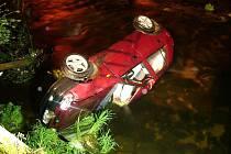 Neznámý pachatel ale s autem daleko nedojel. Skončil s ním totiž v řece.