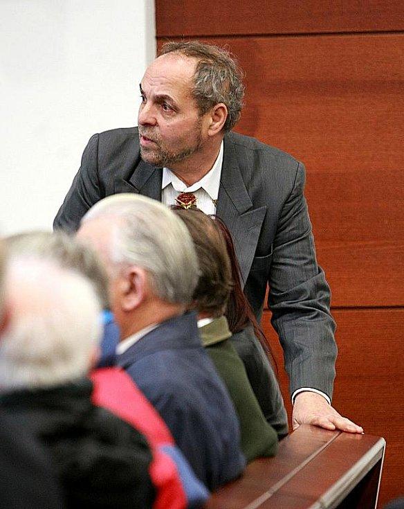 Liberecký okresní soud se v pátek 19. listopadu za velkého zájmu veřejnosti začal zabývat případem bývalého vězeňského dozorce z Minkovic a bývalého komunistického poslance Josefa Vondrušky. Na začátku 80. let údajně bil tehdy vězněného Jiřího Wolfa.