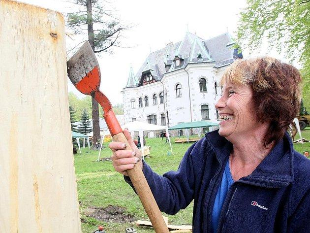 Zahrada u Riedlovy vily v Desné v pondělí po roce opět ožila zvuky seker a motorových pil. Začalo další dřevosochání, které vyvrcholí dražbou hotových plastik.