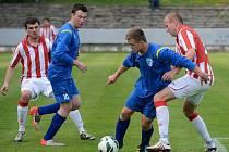 Fotbalisté Železného Brodu (v modrém) přišli o vítězství v Kutné Hoře v nastaveném čase.