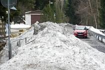 Situace na silnici u přehrady Souš v polovině dubna 2013.