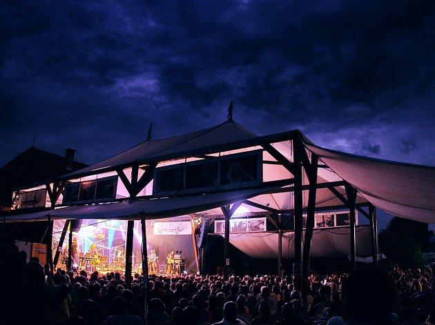 Jeden z největších a především nejrozsáhlejších festivalů v Českém ráji startuje již zanedlouho. V pátek 30. června otevře hudební a divadelní Sedmihorské léto své brány a odstartuje nejen svůj osmý ročník, ale také prázdninové měsíce divadelním představe