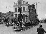 21. srpna 1968 vtrhla do Pojizeří invazní vojska armád Varšavské smlouvy. Transparenty a přesměrované silniční značení, které mělo okupanty zmást, na turnovském náměstí.