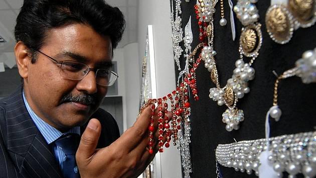 Chargé ď affaires Manish z Indického velvyslanectví v Praze si prohlédl show room jabloneckého Jablonexu.