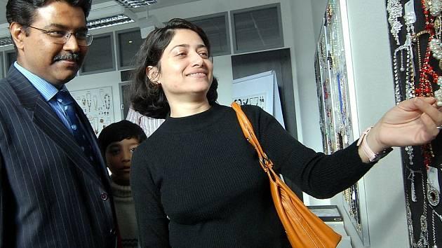Chargé ď affaires Manish z Indického velvyslanectví v Praze si prohlédl show room jabloneckého Jablonexu. Společně s ním přijela i jeho manželka.