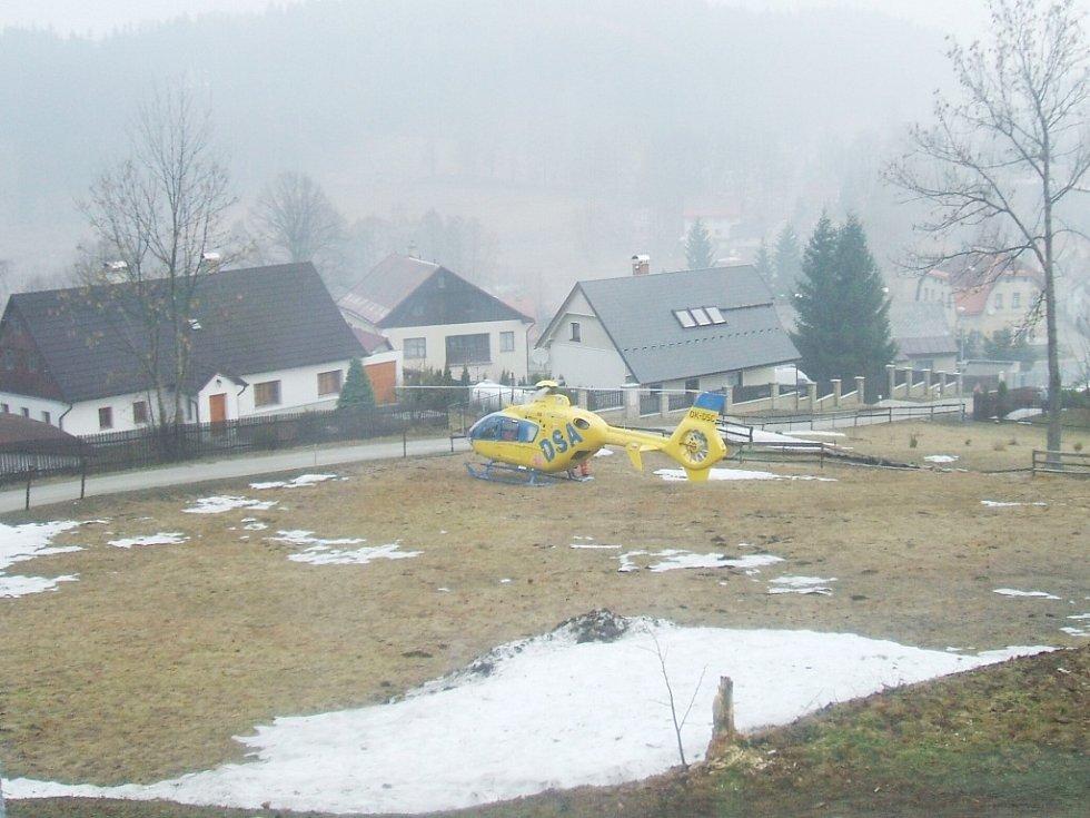 V neděli 5. dubna krátce před 9. hodinou přistál na soukromém pozemku v Nové Vsi vrtulník Letecké záchranné služby Liberec.