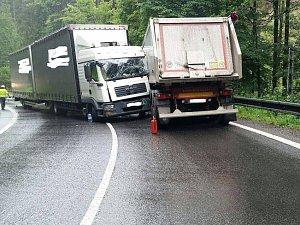 Nehoda dvou kamionů v serpentinách u Železného Brodu