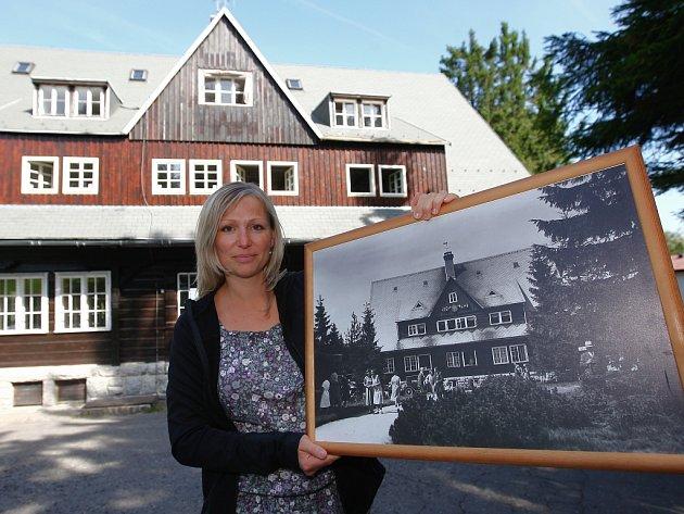 Prezidentská chata je stará už skoro sto let, ale ze srovnání původní podoby stou nynější, je patrné, že se moc nezměnila. Na snímku Milena Lánská.