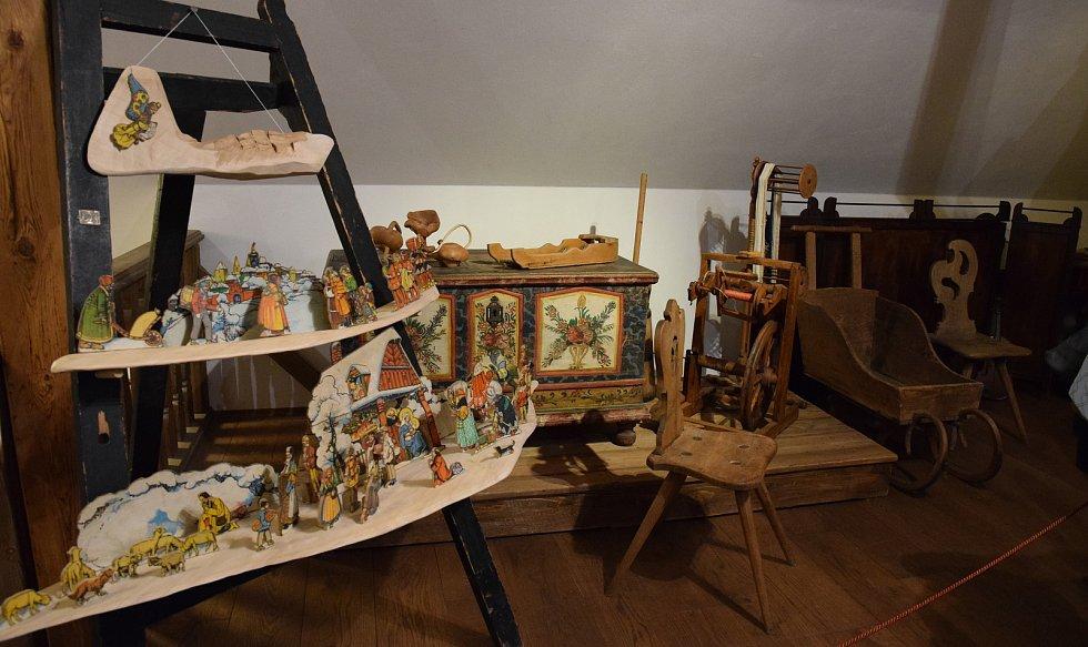 Umělecký řezbář Roman Marek předvedl své umění včetně možnosti si práci se dřevem vyzkoušet.