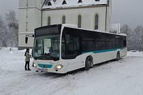 Autobus nového jabloneckého poskytovatele MHD společnosti Umbrella na zastávce v Maxově.