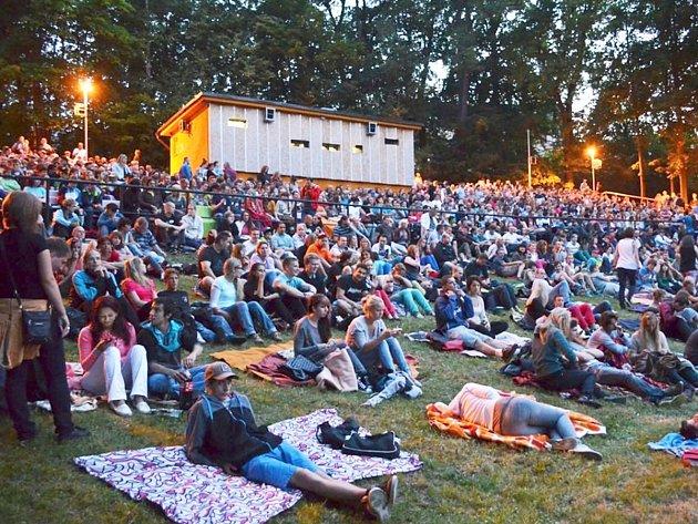 Zahájení projekce v digitální kvalitě v Letním kině přitáhlo v červenci stovky lidí.