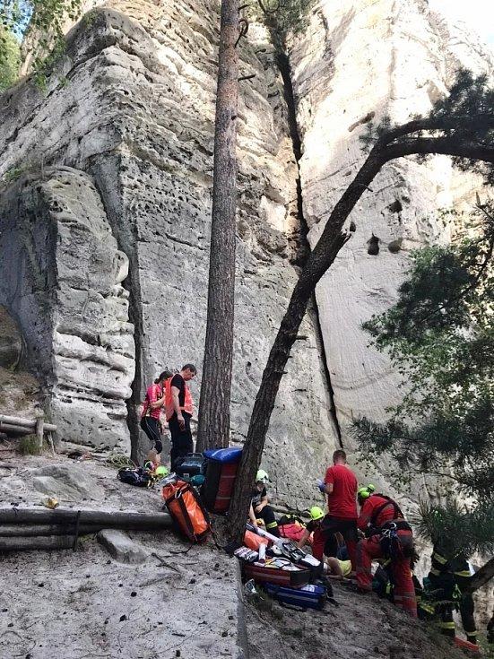 Horská služba, zdravotníci a hasiči zasahovali u skály Dívčí, kde se zřítila lezkyně