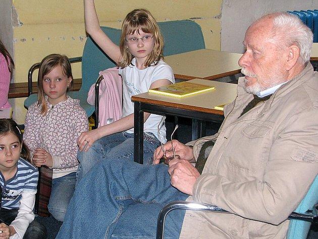 Jiří Kahoun rád chodil besedovat s dětmi a předčítat jim ze svých knížek