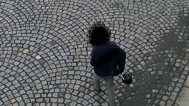 Mladistvý pachatel odnáší tašku