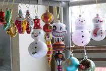 Tyto vánoční ozdoby se vyrábí v Jablonci ve firmě GOJA.