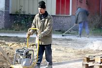 IRÁSKOVO NÁBŘEŽÍ v Železném Brodě prošlo jednou z etap revitalizace i v loňském roce, kdy tu vznikla nová dětská hřiště či zbrusu nové chodníky.