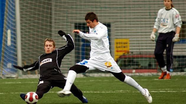 Josef Kuželka ( v černém) si v sobotu zahrál poločas v Liberci proti rezervě Slovanu  a nastoupil i na pětačtyřicet minut v Jablonci proti Kladnu.