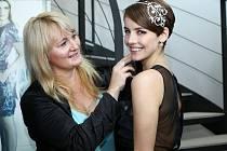 Gabriela Kratochvílová s Olgou Kopalovou z jablonecké firmy ŠENÝR Bijoux, která českou krásku na MISS UNIVERSE vybavuje šperky a národním darem.