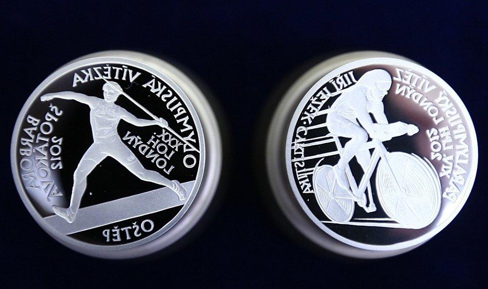 První dvě medaile ze sady zlatých vítězů z olympiád jsou na světě. Vyrazili si je ve středu sami sportovci. Bára Špotáková a Jiří Ježek.