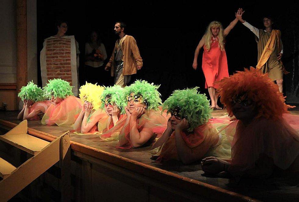 V páteční podvečer mohli diváci shlédnout v Kulturním středisku Sklář v Desné premiéru hry PUKO-VINY, která vznikla na motivy hry W. Shakespeara Sen noci svatojánské v překladu A.Bejblíka.
