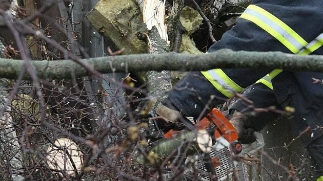 Sbor dobrovolných hasičů Janov nad Nisou. Likvidace polomů novou pilou.