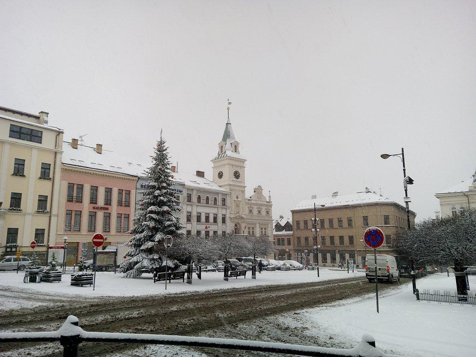 Zasněžené náměstí Českého ráje v Turnově.
