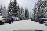 S neukázněností řidičů bojovali i pracovníci společnosti Silnice LK. Kvůli parkování podél komunikací na místech, která k tomu nejsou určena, nemohli na Benecku odklidit sníh.