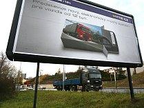Billboard u silnice. Ilustrační snímek.