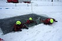 VÝCVIK profesionálních hasičů z Tanvaldu na zamrzlé vodě ve Zlaté Olešnici.
