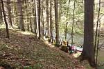 Záchrana vodačky na břehu Kamenice v nepřístupném terénu.