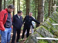 Jaroslav Zeman ukazuje starostovi Železného Brodu Františku Lufinkovi pomník obětem tragédie, k níž došlo přesně před sto lety.