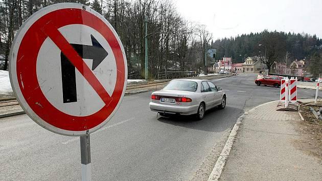 Frekventovaná Tovární ulice v Jablonci je od čtvrtka 25. března neprodyšně uzavřená, a to minimálně do srpna.