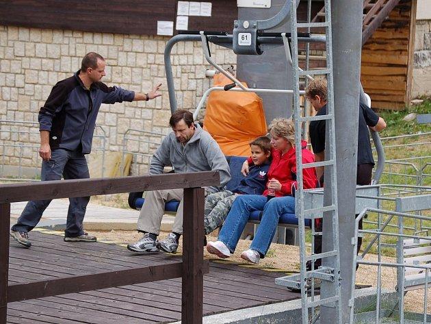 Turisté se mohou na vrchol Špičáku nechat vyvést sedačkovou lanovkou.