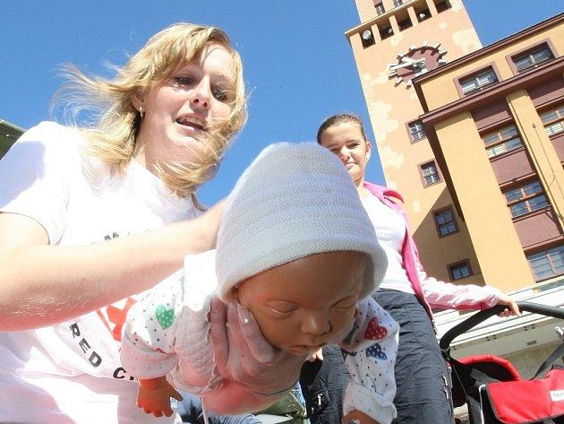 Při akci Českého červeného kříže v Jablonci se lidé seznámili s rozdíly první pomoci dětem a dospělým. Mohli se také přihlásit k dárcovství krve.