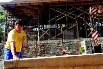 Tesař z firmy rekonstruující Kittelův dům na Krásné. Mezi nejvíce hledané patří zaměstnanci na pozice kvalifikovaných dělníků zajišťující dokončovací stavební práce.