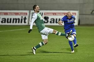 Utkání 9. kolo první fotbalové ligy FK Jablonec - Bohemians. Zleva Martin Doležal z Jablonce a Daniel Köstl z Bohemians.