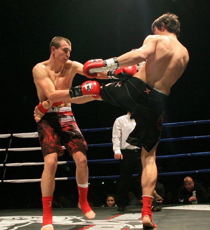 Night of Warriors v Liberci. Adam Kocourek a Michal Lupínek (černé trenky).
