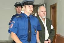 ZŮSTÁVÁ V ČECHÁCH. Padesátiletého nelegálního převaděče Karla Rajnohu ponechal krajský soud odpykat trest za německé hříchy v české věznici.