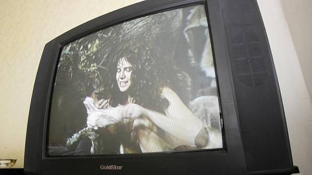 Typ staré televize. Dnes vytlačováno televizory moderních technologií.