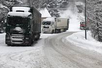 Napadlo - v zimě běžný obrázek mezi Desnou a Harrachovem