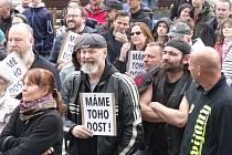 Na náměstí před jabloneckou radnicí protestovaly stovky lidí proti Babišově vládě. Po úvodních projevech sami vyjádřili svůj názor a podepsali petici.