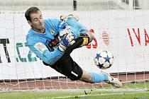 Michal Špit likviduje jednu ze závěrečných penalt proti Dukle Praha.